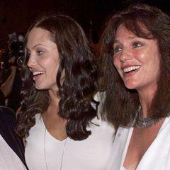 Die britische Schauspielerin Jaqueline Bisset war nicht nur eine gute Freundin von Angelina Jolies Mutter Marcheline Bertrand (verstorben am 28. Januar 2007), sondern ist auch die Patin von Angelina.