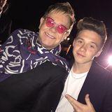 Brooklyn Beckham hat wohl den coolsten Patenonkel, den man sich nur wünschen kann. Ganz lässig posiert er mit Elton John für die Kamera.