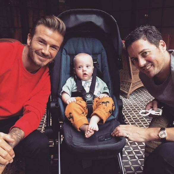 Profi-Kicker David Beckham freut sich über eine neue ehrenvolle Aufgabe: Filmschönheit Liv Tyler macht ihn zum Patenonkel für ihren neugeborenen Sohn. Die Schauspielerin und ihr Partner David Gardner hießen im Februar ihren gemeinsamen Sohn Sailor willkommen. Gardner und der ehemalige Fußballprofi sind beste Freunde und daher verwundert es wenig, dass Beckham nun zum Taufpaten des kleinen Jungen ernannt wurde. Gardner ist - neben Elton John - außerdem Taufpate von Beckhams ältestem Sohn.