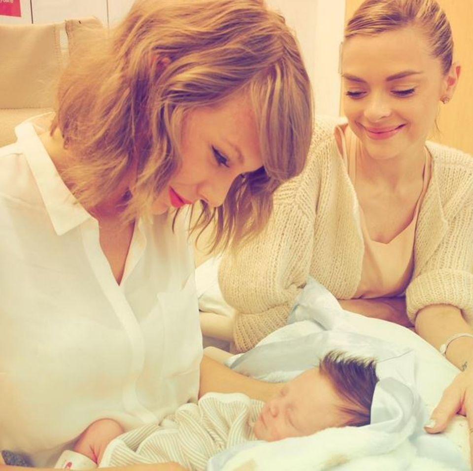 Taylor Swift trifft ihr Patenkind Leo Thames. Die Sängerin ist sichtlich gerührt, dass sie die Patenschaft für Jaime Kings zweites Kind übernehmen darf.