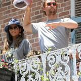 """Und schon fliegt ein Basketball in seine Richtung. Wenig später mussten die Schauspieler übrigens wieder an die Arbeit: McConaughey ist mit seiner Familie auf einem Charity-Event eingeladen, Brad Pitt hat ein Treffen mit Mitgliedern der von ihm gegründeten """"Make It Right Foundation"""", die nach Hurricane Katrina beim Wiederaufbau in New Orleans hilft."""