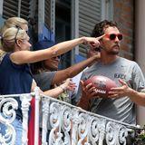 McConaughey steht auf dem Balkon seines Hotelzimmers, als seine Familie plötzlich auf etwas zeigt. Als er hinschaut ...