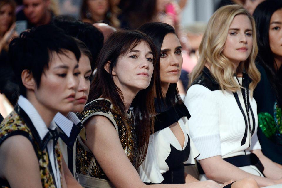 Charlotte Gainsbourg, Jennifer Connelly und Brit Marling begutachten die sommerliche Cruise-Kollektion von der ersten Reihe aus.