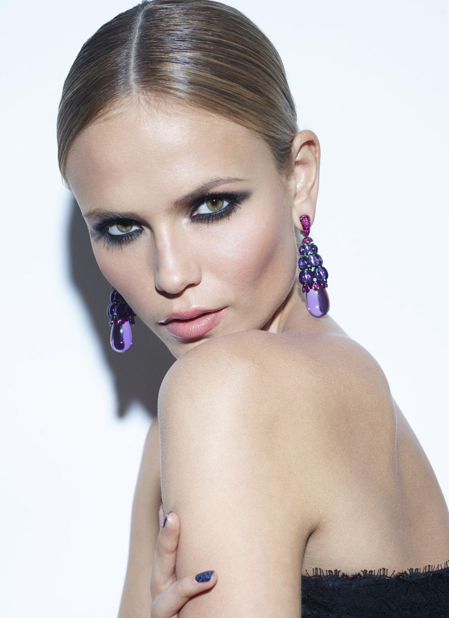 Das Markenzeichen des russischen Models sind Natasha Polys hohe Wangenknochen, die noch mit Blush akzentuiert wurden. Blickfang der Markenbotschafterin von L'Oréal Paris sind hier aber die Smokey Eyes in fein verblendetem Anthrazit.
