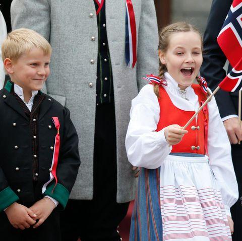 Sverre Magnus und Ingrid Alexandra haben offenbar auch Spaß dabei, sich die Kinderparade anzuschauen. Diese Tradition wurd 1906 von König Haakon und Königin Maud eingeführt und seitdem beibehalten.
