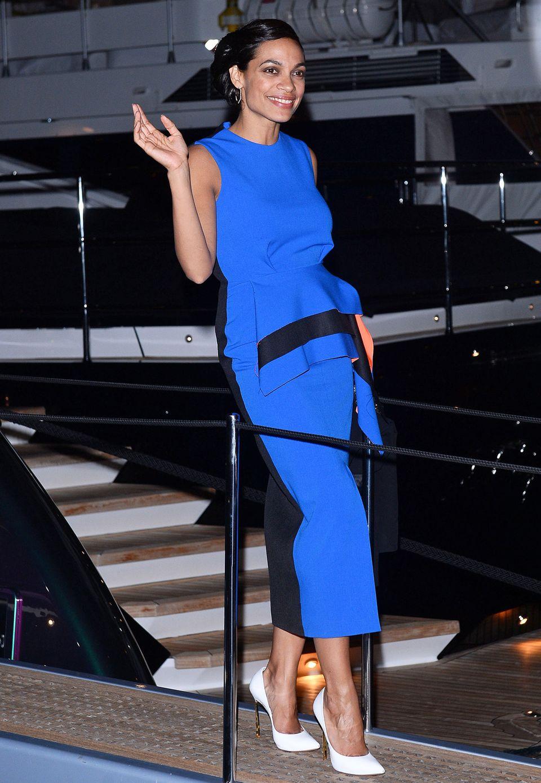 Rosario Dawson trägt ein leuchtend blau-schwarzes Kleid von Roksanda Ilincic.