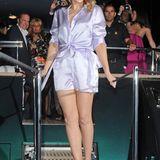 Kylie Minogue fühlt sich im kurzen Seiden-Jumpsuit wohl.