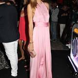 Topmodel Jessica Hart glänzt in rosafarbener Seide.