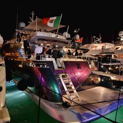 """Die Partys auf Cavallis pink-blau-changierender """"RC""""-Yacht sind mittlerweile legendär."""