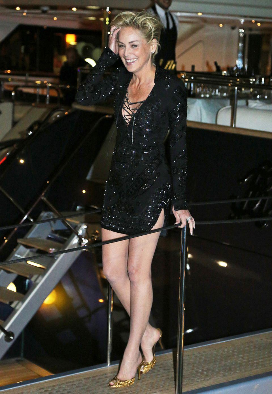 Sharon Stone hat im paillettenbesetzten Mini-Dress ordentlich gefeiert.