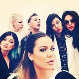 Die Kardashian-Jenner-Schwestern sind in Paris angekommen und lassen sich von ihrem Stylingteam schön machen. Danach wird natürlich ein Selfie geschossen.