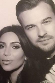 Kim Kardashian und Kanye West veranstalten nicht nur die pompöseste und außergewöhnlichste Hochzeit, um ihre Liebe zu feiern, sie haben wahrscheinlich auch den bestaussehendsten Pfarrer. Rich Wilkerson aus Miami traut die beiden und geht dann mit ihnen noch in den Fotoautomaten.