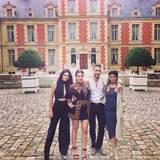 Kendall Jenner, Khloe Kardashian, Simon Huck und Kylie Jenner machen Erinnerungsfotos vor Valentinos Anwesen. So schnell kommen sie da wahrscheinlich nicht mehr hin.