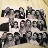 Der Fotoautomat ist wohl einer der Höhepunkte der Hochzeit. Besonders den Gästen scheint das Spaß zu machen.