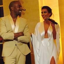In Versailles nimmt Kim Kardashian das Zepter beziehungsweise das Mikrofon in die Hand.