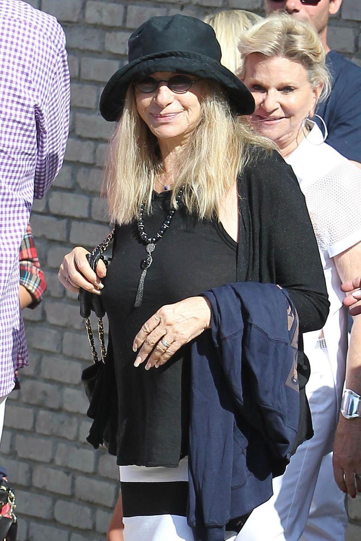 Auch Barbra Streisand feiert bei bestem Strandwetter mit.