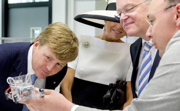 """König Willem-Alexander und Königin Máxima (im Hintergrund) nehmen im Forschungszentrum """"Next Energy"""" im niedersächsischen Oldenburg die technische Entwicklung von erneuerbaren Energien unter die Lupe."""