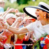 Obwohl ihr Zeitplan eng getaktet ist, nimmt sich Königin Máxima immer wieder Zeit für ihre Fans und schüttelt zahlreiche Hände.