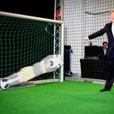 """Treffer und versenkt: Willem-Alexander beweist im """"Fraunhofer Institut"""" seine fußballerischen Fähigkeiten und scheint über seinen Erfolg höchst amüsiert zu sein."""