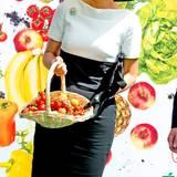 """Während König Willem-Alexander sich im Maritimen Kompetenzzenttrum in Leer einen Schiffssimulator erklären lässt, inspiziert Königin Máxima den Stand der EU-Kampagne """"Frische ist Leben"""", bei der deutsche, niederländische und flämische Obst- und Gemüsehändler vertreten sind. Als Andenken bekommt sie einen Korb voll frischem Obst und Gemüse überreicht."""