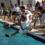 """August 1993  Nach dem Gewinn des """"King's Cup Yacht Race"""" auf Mallorca, schmeißen seine Mitstreiter den König zur Feier des Tages in den Pool."""