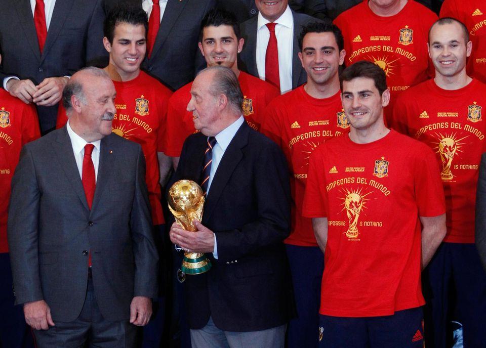 Juli 2010  Spanien wird Fußballweltmeister und Juan Carlos gratuliert den Spielern und Trainer Vicente del Bosque im Königspalast.