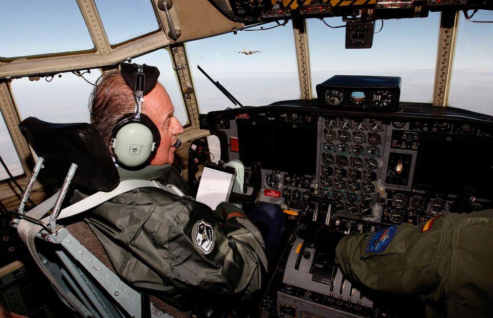 """Oktober 2008  Erinnerung an seine Zeit bei der Luftwaffe: Juan Carlos sitzt im Pilotenstuhl einer spanischen """"Air Forces Hercules C130""""."""