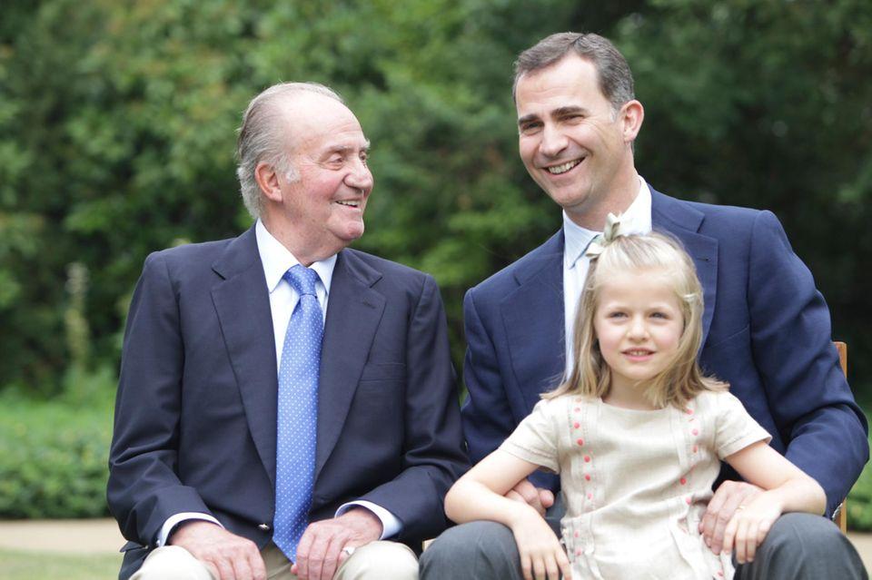 Juli 2012  Drei königliche Generationen auf einem Bild: Prinz Felipe folgt auf Juan Carlos und Prinzessin Leonor besteigt nach ihrem Vater den Thron.