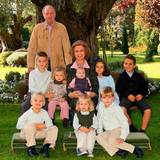 Dezember 2007  König Juan Carlos und Königin Sofia posieren für ein Gruppenfoto mit all ihren Enkeln.