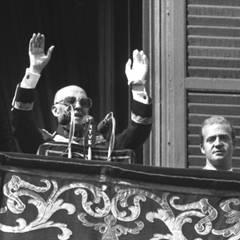 Diktator Francisco Franco spricht in Madrid vom Balkon des Königspalast in Madrid. Neben ihm steht König Juan Carlos.