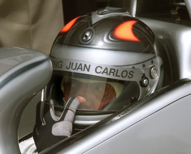 May 1999  Nicht nur das Segeln, auch schnelle Autos haben es Juan Carlos angetan. Hier testet er einen Formel 1 Wagen auf der Rennstrecke in Barcelona.
