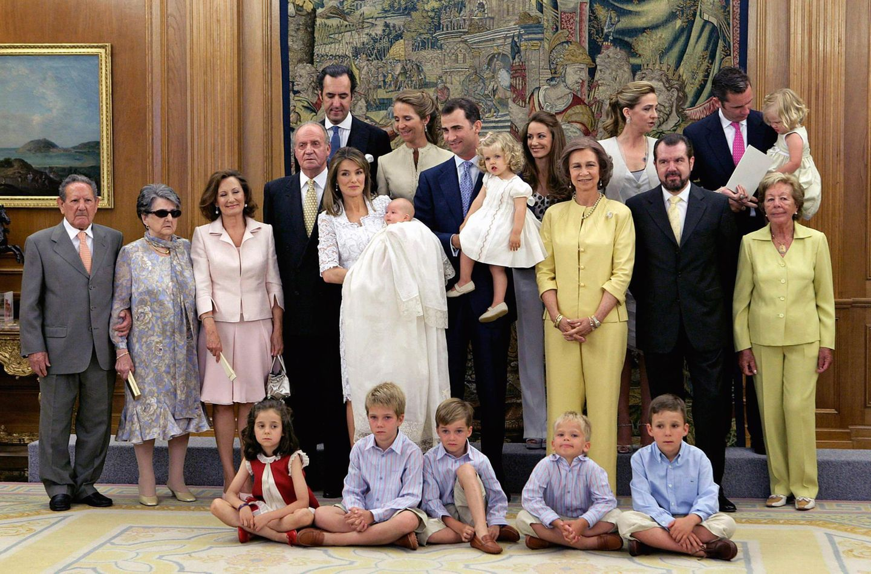 """Juli 2007  Zur Taufe von Juan Carlos' Enkelin, Prinzessin Sofia, findet sich die ganze Familie im """"Zarzuela Palast"""" ein."""