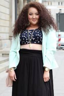 Beauty-Tipp: Die 29-jährige Mia mit deutschen und marokkanischen Wurzeln hält auf infatstyle.de ihre schönsten Outfits und Events fest. Als ehemalige Bekleidungsmanagement-Studentin und Visagistin zaubert sie tolle Styles, die ihre Kurven in Szene setzen.