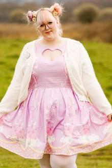 """Beauty-Tipp: Die 24-jährige Georgina aus England hat es mit ihrem Blog cupcakesclothes.com schon in mehrere hochrangige Modemagazine geschafft, darunter die """"Teen Vogue"""" und """"Cosmopolitan"""". Ihre Liebe zu Pastellfarbenem, Selbstgebasteltem und Gebackenem hält sie jede Woche in malerischen Fotos fest."""