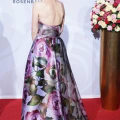 Model Franziska Knuppe trägt passend zum Motto ein Kleid mit Rosenprint.