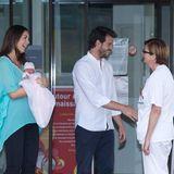 """17. Juni 2014  Claire und Félix von Luxemburg verlassen mit ihrer Tochter Prinzessin Amalia Gabriela Maria Teresa das Krankenhaus """"Maternité Grande-Duchesse Charlotte"""" in Luxemburg. Die kleine Familie macht sich auf den Weg zu ihrem Wohnsitz, dem Château Les Crostes in der Provence."""
