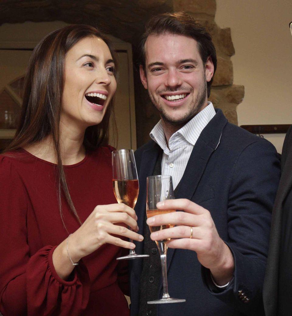 """November 2013  Prinz Félix und Prinzessin Claire sind zu einer Weinprobe in einem luxemburgischen Restaurant und können dort unter Beweis stellen, wie gut sie schon ihr """"Handwerk"""" verstehen. Denn die beiden haben sich auf """"Château Les Crostes"""", einem Weinschloss in der Provence, das Claires Familie gehört, niedergelassen. Prinz Félix hat dafür auch Kurse in Önologie (Kellerwirtschaft) absolviert."""