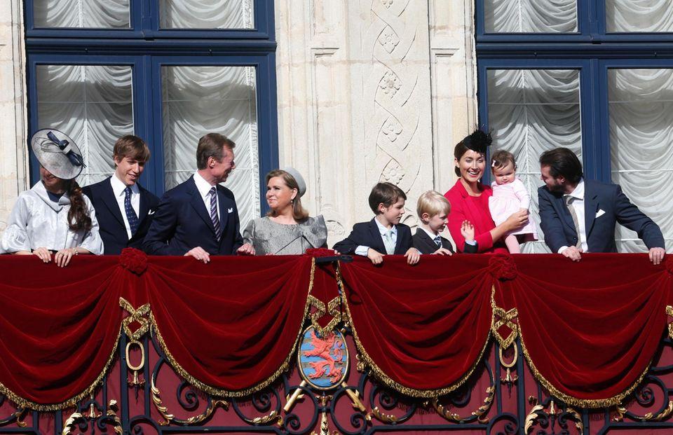 10. Mai 2015  Lange hat man die Mini-Prinzessin nicht mehr gesehen, aber beim Abschluss der Oktave, dem wichtigsten religiösen Fest des Landes, hat Prinzessin Amalia ihren großen Auftritt mit der Familie auf dem Balkon und wie man sieht, die Kleine Tochter von Prinzessin Claire und Prinz Félix zieht alle Blicke auf sich.