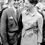 1966  Prinzessin Margrethe, Dänemarks Thronfolgerin, verlobt sich mit dem Franzosen Graf Henri de Laborde de Monpezat. Kennengelernt hatte sich das Paar in London, wo Henri in der französischen Botschaft arbeitete und die Prinzessin studierte.