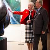 """2013  In der Ausstellung """"Pas de Deux Royal"""" zeigen Königin Margrethe und Prinz Henrik 150 ihrer Kunstwerke. Vom Prinzgemahl zu sehen gibt es nicht nur Skulpturen, auch viele seiner Gedichte sind zu sehen und zu lesen.   Das kreative Regentenpaar betätigt sich künstlerisch genauso wie als Übersetzer von Literatur. Unter einem Pseudonym übersetzten sie unter anderem Simone de Beauvoirs """"Tous les hommes sont mortels"""" ins Dänische."""