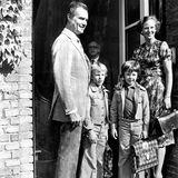 """1976  Königin Margrethe und Prinzgemahl Henrik bringen ihre beiden Söhne zur in die """"Krebs""""-Schule in Kopenhagen."""