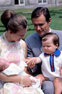1969  Zwei Jahre nach der Hochzeit ist die Familie mit den beiden Söhnen Frederik und Joachim bereits zu viert.