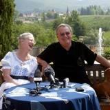 2005  Beim alljährlichen Fototermin vor der idyllischen Weinbergkulisse von Caix gehört der aktuelle königliche Vierbeiner mit ins Bild. Und Dackeldame Evita thront neben ihrem Herrchen auf der Bank mit angemessen majestätischem Blick.