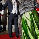 2011  Dieser Auftritt beim Neujahrsempfang sorgte für Schlagzeilen, aber nicht wegen der prächtigen Roben der Damen. Vielmehr ertappte man Prinz Henrik mit offener Hose.
