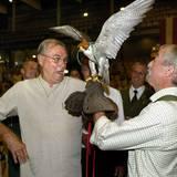 2006  Bei der Eröffnung der Jagdhorn-Meisterschaft im dänischen Horsens macht Prinz Henrik die nähere Bekanntschaft eines Jagdfalkens. Seine Dackel dürften wohl weniger flatterhaft sein.