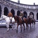 1982  Gemeinsam mit seinen beiden Söhnen reitet Prinz Henrik über den Hof von Schloss Christiansborg in Kopenhagen.  Der Prinzgemahl ist nicht nur fit im Sattel, er fährt auch Ski und segelt. Und das auch immer wieder mit seinen Söhnen.