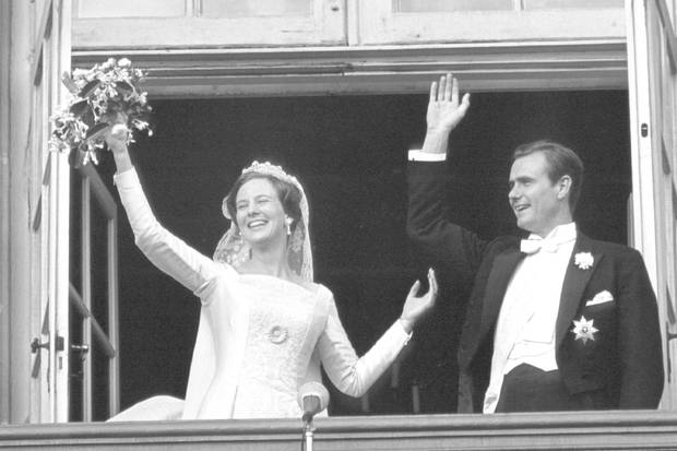 1967  Vom Balkon von Schloss Amalienborg aus winken Prinzessin Margrethe und ihr frischangetrauter Mann am 10. Juni 1967 glücklich strahlend.  Mit der Hochzeit ändert der gebürtige Franzose seinen Namen von Henri zu Henrik, wechselte die Staatsbürgerschaft, konvertierte zum evangelisch-lutherischen Glauben und lernte natürlich Dänisch. Obwohl der Prinz aber mehrere asiatische Sprachen spricht, geht ihm die Muttersprache seiner Frau lange Zeit nicht leicht von den Lippen - dafür muss er jahrelang Kritik einstecken.