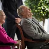 2014  Prinz Henrik hat wieder mal gut lachen. Denn zu Ehren seines 80. Geburtstages feiert man ihn, einige Tage im Voraus, in mit einem Empfang in der Orangerie von Schloss Fredensborg. Und ausnahmsweise muss seine Frau dabei mal in der zweiten Reihe sitzen.