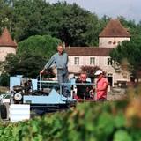1997  Einmal im Jahr bitten Königin und Prinzgemahl zum Fototermin nach Frankreich, wo sie im eigenen Schloss einen Teil des Sommers verbringen. Auf Schloss Caix und seinen Weinbergen baut Prinz Henrik Wein an und legt gerne selber mit Hand an, nicht nur bei der Verkostung.