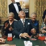1997  Prinz Henrik ist passionierter Bridge-Spieler. Als Schirmherr des dänischen Bridge-Verbandes lässt er sich oft nicht lange bitten und setzt sich mit an den Spieltisch wie hier bei einem Turnier in Kopenhagen.